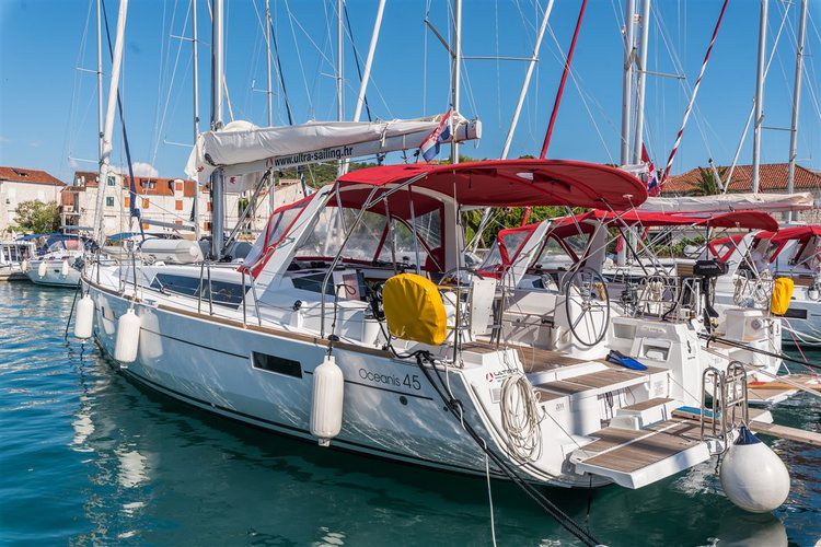 This 45.0' Bénéteau cand take up to 10 passengers around Split region