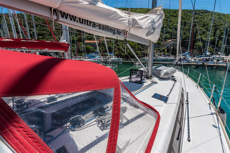 This 47.0' Bénéteau cand take up to 11 passengers around Dubrovnik region