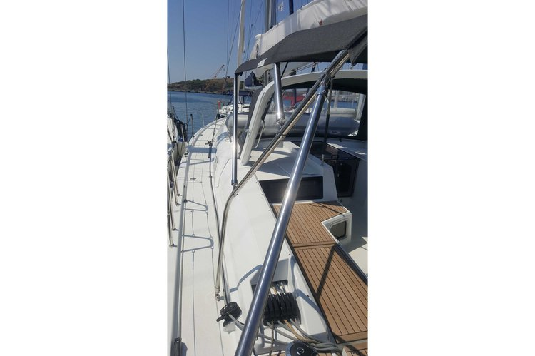This 50.0' Beneteau cand take up to 10 passengers around Lavrio