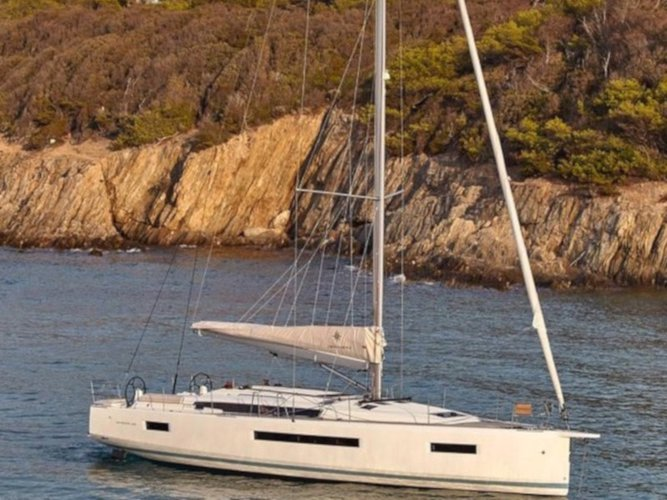 Sail the beautiful waters of Šibenik on this cozy Jeanneau Sun Odyssey 490