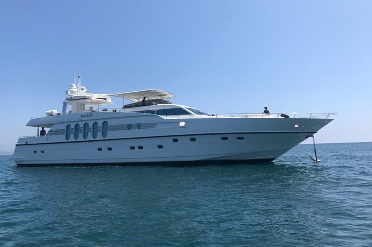 Explore the coast of Cabo San Lucas in a luxurious private yacht!