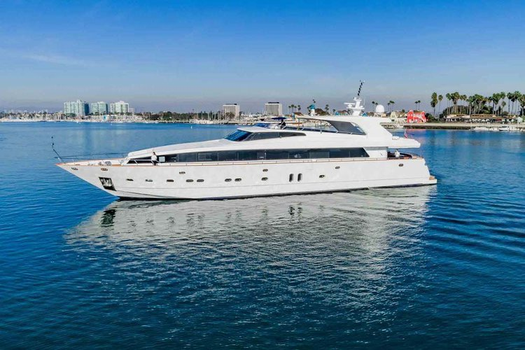Indulge in luxury abord this magnificent yacht!