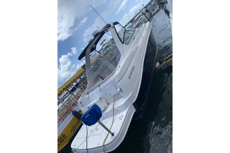 Discover Miami surroundings on this Vista 378 Four Winns boat