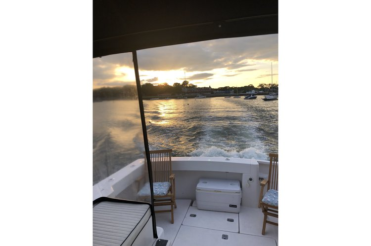 Discover Mamaroneck surroundings on this Pilot 34 Mainship boat