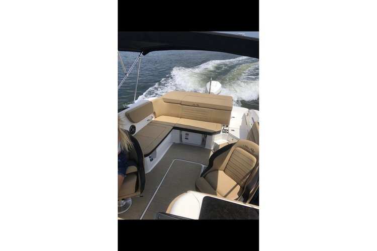 Discover North Miami Beach surroundings on this 230 SPX Sea ray boat