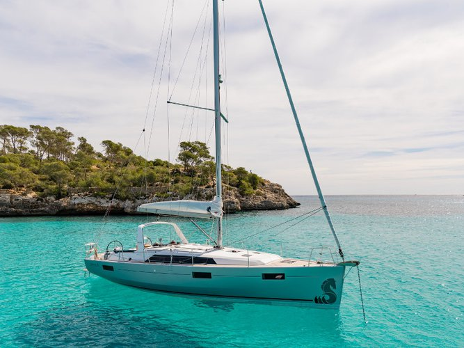 Jump aboard this beautiful Beneteau Oceanis 41.1