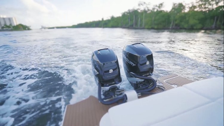 Discover North Miami Beach surroundings on this SDX 290 Sea Ray boat
