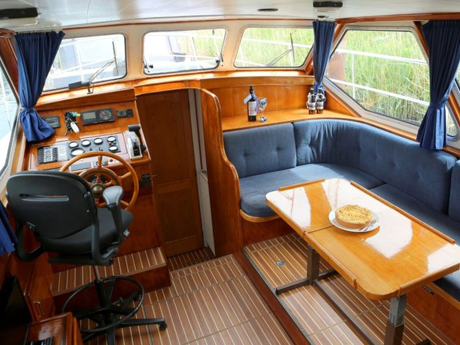 This motor boat charter is perfect to enjoy Heukelum