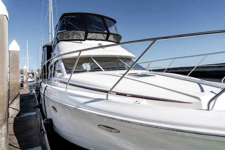 Discover Brisbane surroundings on this Silverton Marine 48 Aft Cabin 1987 boat