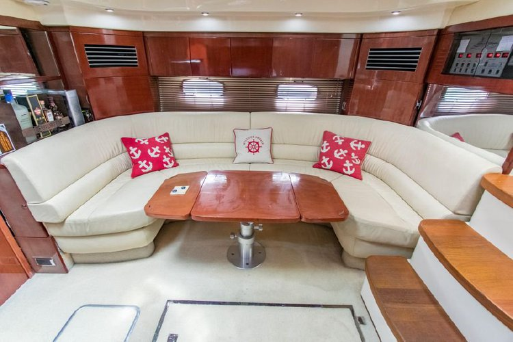 This 50.0' Fairline cand take up to 6 passengers around Miami