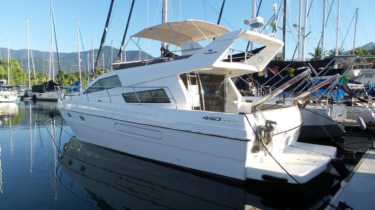 This 44.0' INTERMARINE cand take up to 16 passengers around Angra dos Reis