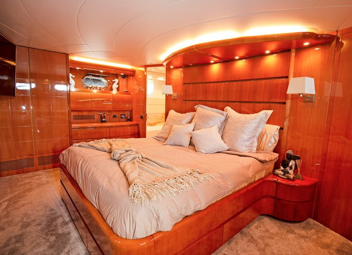 Discover Miami surroundings on this Yachts Maiora boat