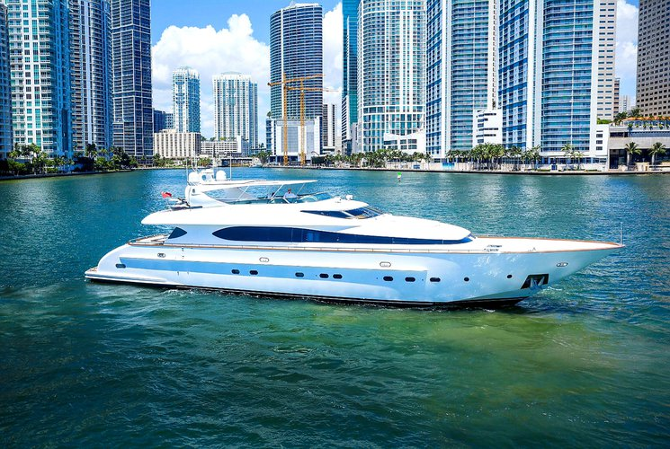 This 103.0' Maiora cand take up to 12 passengers around Miami