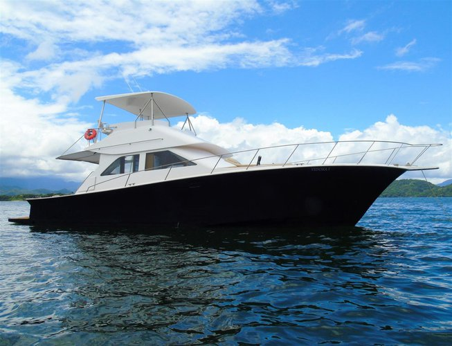 This 55.0' Ocean cand take up to 15 passengers around Angra dos Reis