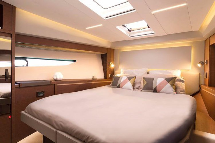 Discover West Palm Beach surroundings on this 520 Flybridge Prestige boat