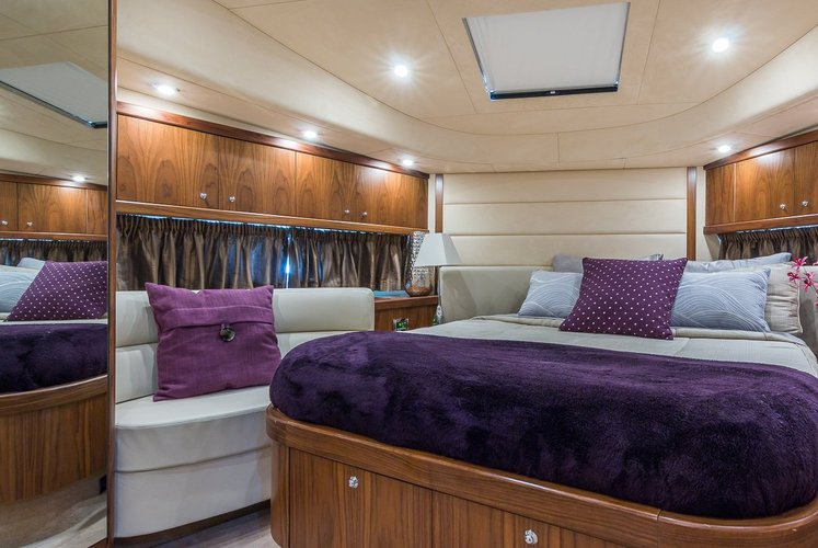 Discover Miami Beach surroundings on this Manhatan sunseeker boat