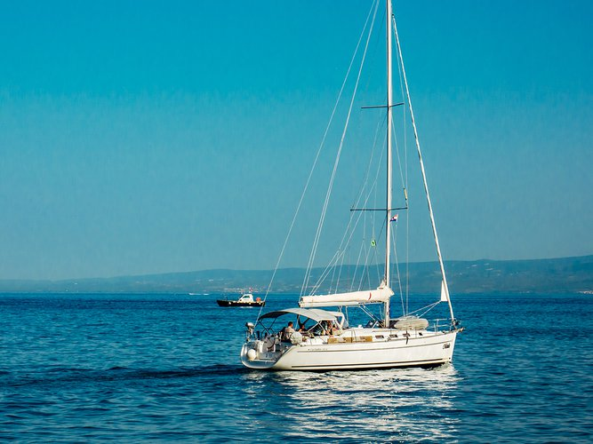 Jump aboard this beautiful Beneteau Cyclades 43.4 (2007) new full batten mainsail and dinghy 2012, b