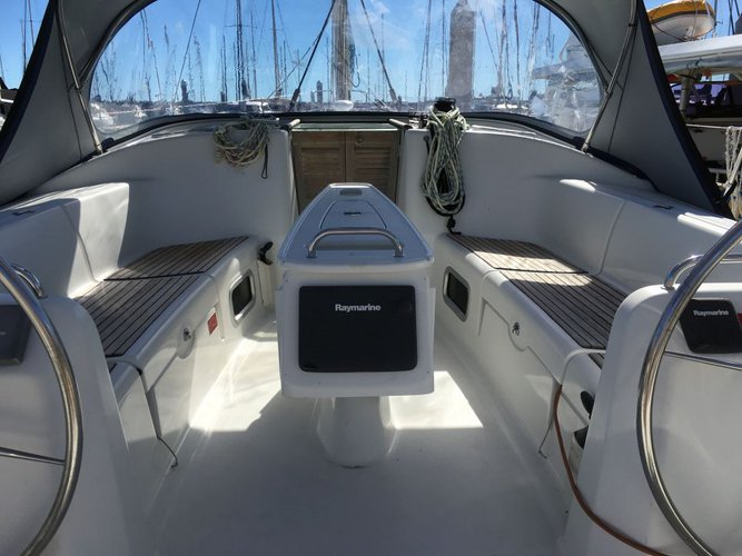 Discover  surroundings on this 43.4 Beneteau boat