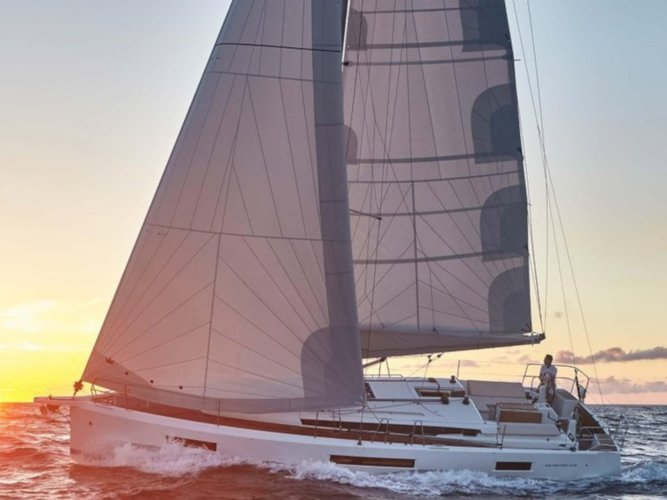 Jump aboard this beautiful Jeanneau Sun Odyssey 440