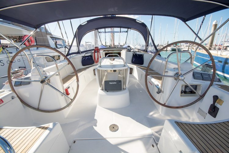 Discover Whitsundays surroundings on this 44i Jeanneau boat