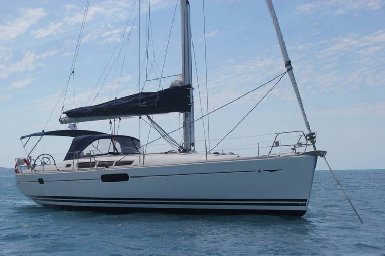 This 45.0' Jeanneau cand take up to 8 passengers around Whitsundays