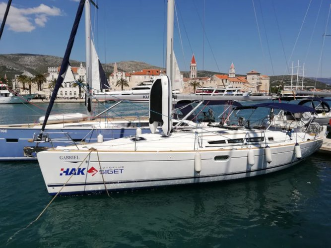 Jump aboard this beautiful Jeanneau Sun Odyssey 45