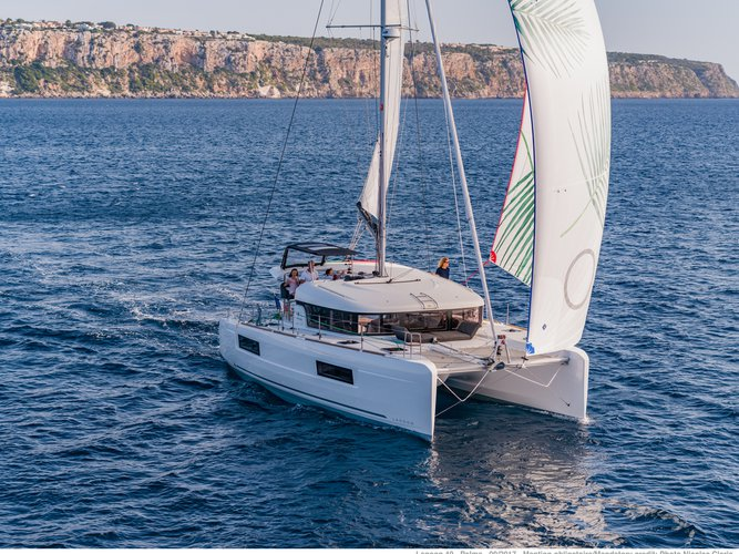 Take this Lagoon Lagoon 40 (2019) for a spin!