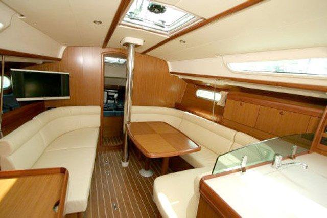 This 38.0' Sun Odyssey cand take up to 6 passengers around Whitsundays