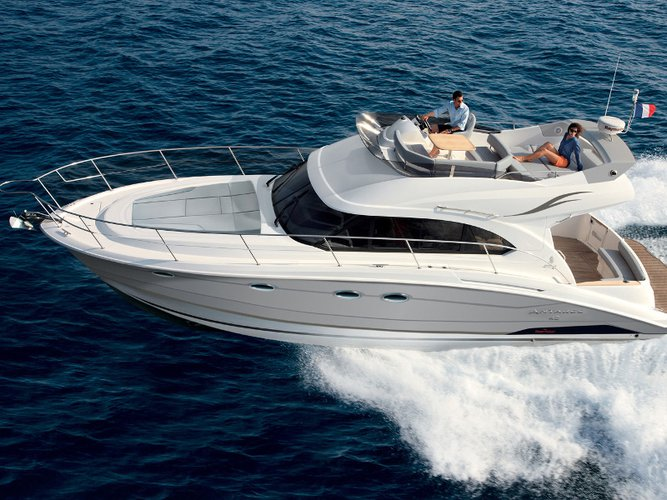 This motor boat charter is perfect to enjoy Seget Donji