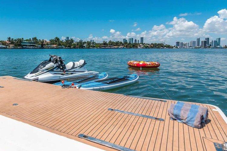 This 110.0' Horizon cand take up to 12 passengers around Miami Beach