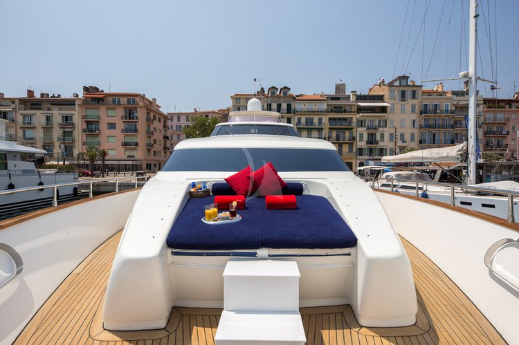 This 85.4' Mangusta cand take up to 10 passengers around Cannes