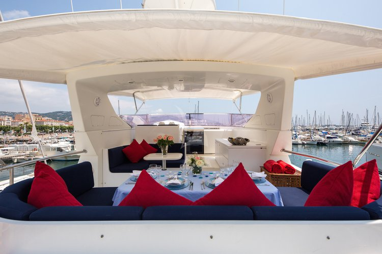 Up to 10 persons can enjoy a ride on this Mega yacht boat