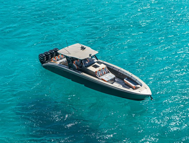 Discover St Thomas surroundings on this 43ft Open Midnight Express boat