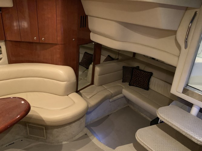 This 41.0' Sea Ray cand take up to 6 passengers around Miami