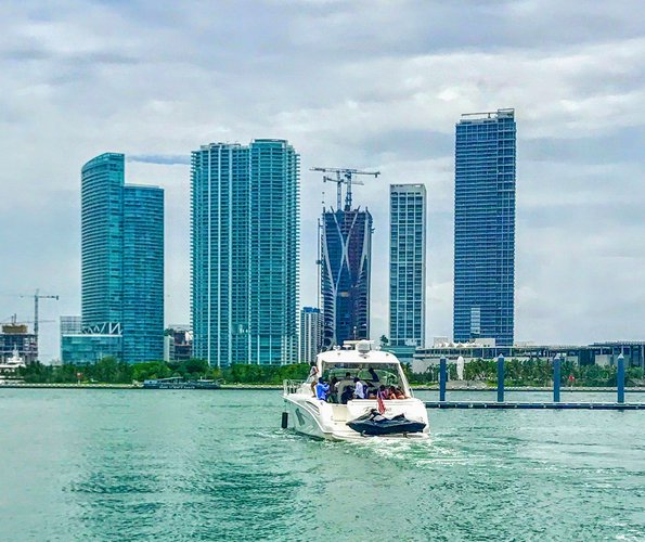 Discover Miami surroundings on this Sundancer SeaRay boat