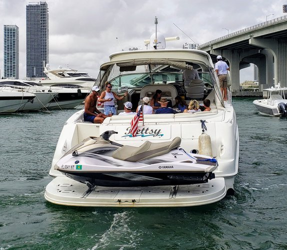 This 57.8' SeaRay cand take up to 12 passengers around Miami