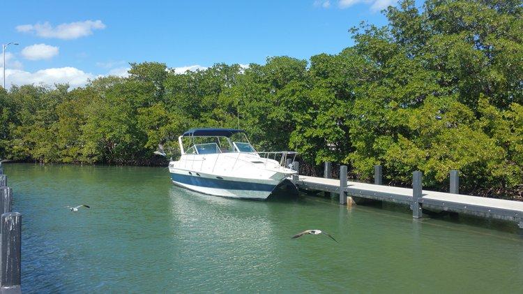 This 35.0' Sun runner cand take up to 6 passengers around Miami