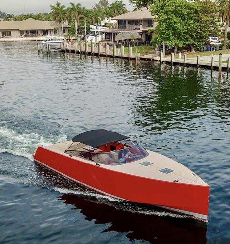 This 40.0' VanDutch cand take up to 10 passengers around Miami