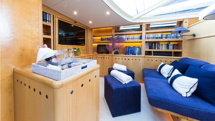 Discover Tahiti surroundings on this Custom Alloy Yachts boat