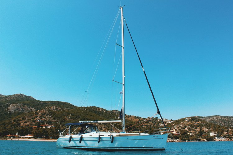Discover Alimos surroundings on this CYKLADES 43,4 BENETAU boat