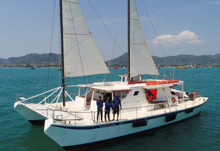Discover Chalong Bay surroundings on this 58 Brand boat
