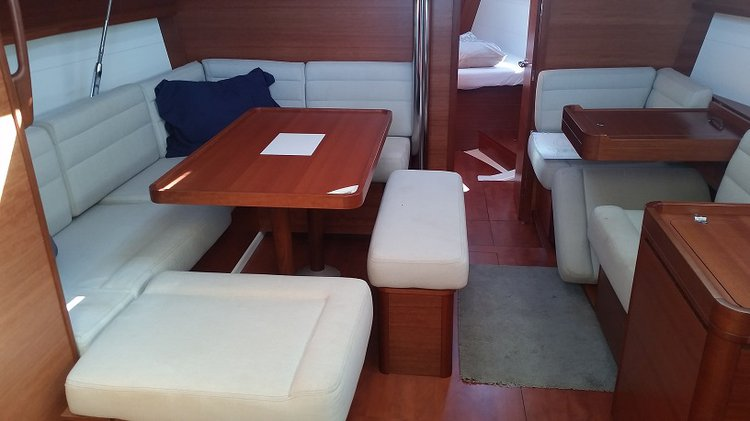 Discover Sea Cow's Bay surroundings on this 410 Dufour boat