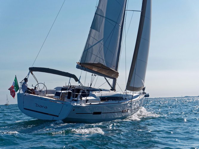 Discover Nassau surroundings on this 412 GRAND LARGE Dufour boat