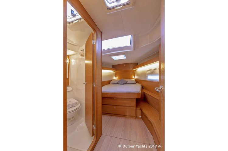 Discover Nassau surroundings on this 430 Dufour boat
