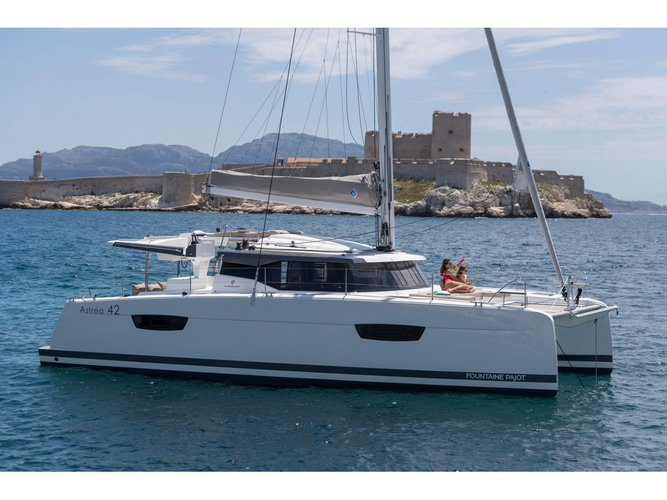 Unique experience on this beautiful Fountaine Pajot Astréa 42