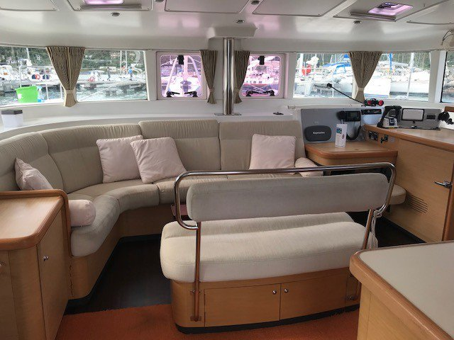 This 45.0' Lagoon cand take up to 10 passengers around Sea Cow's Bay