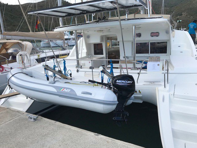 Discover Sea Cow's Bay surroundings on this 440 Lagoon boat