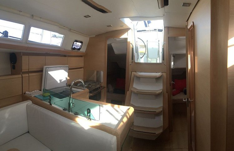 This 37.0' Sun Odyssey cand take up to 6 passengers around Sea Cow's Bay