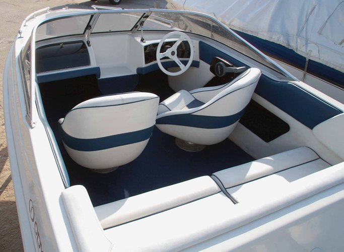 Discover Santorini - Vlichada surroundings on this Osyssey BR15 Alfa Hellas boat