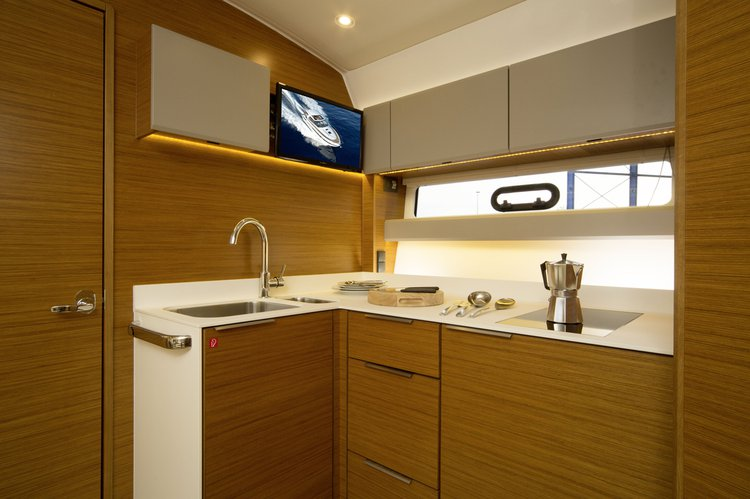 Discover Miami surroundings on this S40 Coupe Bavaria boat